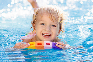 [Translate to en:] Therme Erding Schwimmkurse Kinder